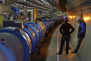 [تصویر:  1.12804_LHC-magnet-alignement-in-the-tun....29%29.jpg]